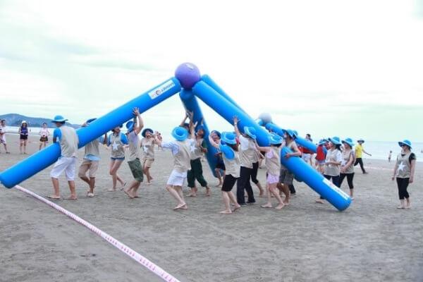 Trò chơi chuyển bóng độc đáo trên bãi biển.