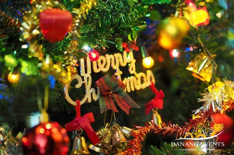 Biến hóa sáng tạo cho không gian bữa tiệc Noel thêm ấm áp.
