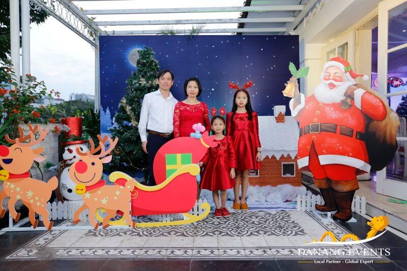 Tham gia tiệc Giáng sinh doanh nghiệp với nhiều trò chơi hấp dẫn.